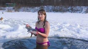 La mujer en el agujero está sosteniendo un pescado metrajes