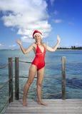La mujer en el casquillo de Papá Noel-Klaus del Año Nuevo en el fondo del océano Imágenes de archivo libres de regalías