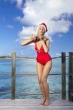 La mujer en el casquillo de Papá Noel-Klaus del Año Nuevo en el fondo del océano salta y envía un beso del aire Fotografía de archivo libre de regalías