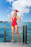 La mujer en el casquillo del Año Nuevo s Santa-Klaus jamping Fotos de archivo