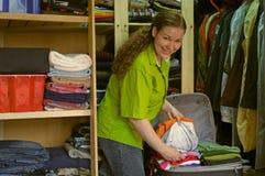 La mujer en el guardarropa pila de discos cosas en una maleta Imágenes de archivo libres de regalías