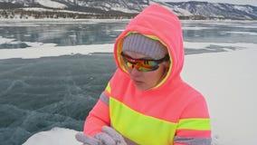 La mujer en el hielo en invierno es se divierte en caminar de raza atlético La muchacha está entrenando en invierno en el hielo S almacen de video