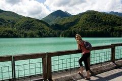 la mujer en el lago de Barcis con las aguas puras y cristalinas y frías en la provincia del friuli-venezia Giulia Italy de Porden imagen de archivo libre de regalías
