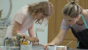 La mujer en el taller está trabajando en los tableros de madera, creando un efecto de la antigüedad almacen de metraje de vídeo