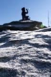 La mujer en el top de la montaña está tomando una rotura y un agua potable Crystalls del hielo en el primero plano imágenes de archivo libres de regalías