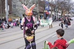 La mujer en el traje de Pascua distribuye los regalos a los niños a lo largo del este de la calle de la reina en el desfile 2017  Imagenes de archivo