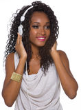 La mujer en equipo casual escucha la música con los auriculares - aislante Imagen de archivo libre de regalías