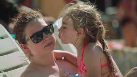 La mujer en gafas de sol detiene a una hija en sus brazos almacen de video