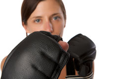 La mujer en gimnasia arropa, con los guantes de boxeo, fuerza Fotografía de archivo