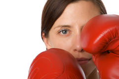 La mujer en gimnasia arropa, con los guantes de boxeo, fuerza Imagen de archivo