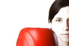 La mujer en gimnasia arropa, con los guantes de boxeo, fuerza Fotos de archivo