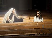 La mujer en iglesia ve a Jesus Christ foto de archivo libre de regalías