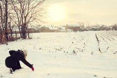 La mujer en invierno viste en el dibujo de la nieve con amor del finger fotografía de archivo