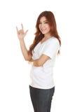 La mujer en la camiseta blanca con la mano firma te amo Imagen de archivo libre de regalías
