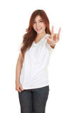 La mujer en la camiseta blanca con la mano firma te amo Fotografía de archivo libre de regalías