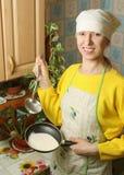 La mujer en la cocina Fotografía de archivo