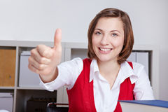 La mujer en la explotación agrícola de la oficina manosea con los dedos para arriba Imagen de archivo libre de regalías