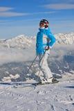 La mujer en la montaña del invierno de la visión. Austria Imagen de archivo libre de regalías