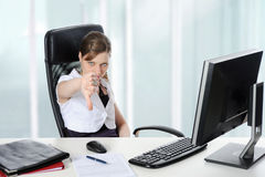 La mujer en la oficina alcanza un veredicto. Imagenes de archivo