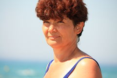 La mujer en la playa. Imagen de archivo libre de regalías