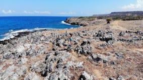 La mujer en las manos del aumento del top de la montaña disfruta con éxito de la opinión del mar, Creta almacen de metraje de vídeo