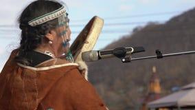 La mujer en los habitantes indígenas Kamchatka de la ropa nacional bate la pandereta y canta almacen de video