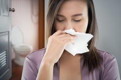 La mujer en malo del olor del nightware del bahtroom sucio fotos de archivo