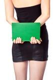 La mujer en miniskirt está sosteniendo el libro Fotografía de archivo libre de regalías
