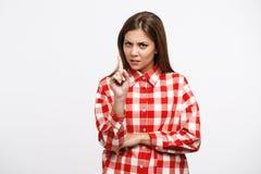 La mujer en miradas de la camisa del control descontentó después de día del trabajo duro Imagenes de archivo