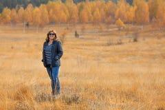 La mujer en naturaleza disfruta de luz del sol en el prado hermoso Fotografía de archivo