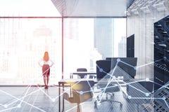 La mujer en oficina panorámica del espacio abierto, representa gráficamente imagen de archivo libre de regalías