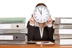 La mujer en oficina tiene tensión con la presión de tiempo Imagenes de archivo