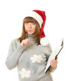 La mujer en Papá Noel arropa inclinarse en verraco en blanco Fotografía de archivo