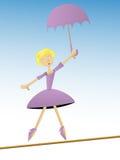 La mujer en paraguas púrpura del asimiento recorre en cuerda de volatinero Fotos de archivo