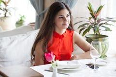La mujer en restaurante está bebiendo el cóctel Imagenes de archivo