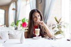 La mujer en restaurante está bebiendo el cóctel Imagen de archivo