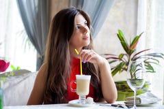 La mujer en restaurante está bebiendo el cóctel Fotografía de archivo