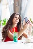 La mujer en restaurante está tomando las fotos Fotos de archivo