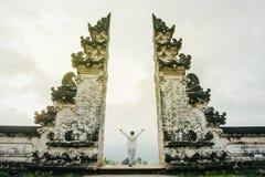 La mujer en ropa ligera con sus brazos aumentados encima de simboliza la libertad Imagen de archivo libre de regalías
