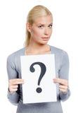 La mujer guarda el papel con el signo de interrogación Imagenes de archivo