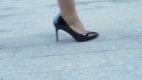 La mujer en tacón alto costoso calza agraciado el levantamiento encima de las escaleras, empresaria almacen de video
