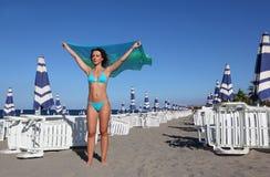 La mujer en traje de baño y pares se coloca en la playa Imagen de archivo