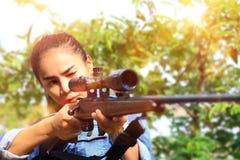 La mujer en traje de los vaqueros en el tiroteo fotografía de archivo libre de regalías