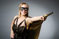 La mujer en traje del pirata foto de archivo