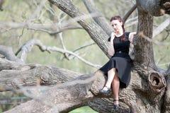 La mujer en un árbol Foto de archivo libre de regalías