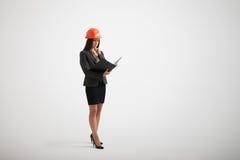 La mujer en un desgaste formal familiariza con los materiales en el fol Imagen de archivo libre de regalías