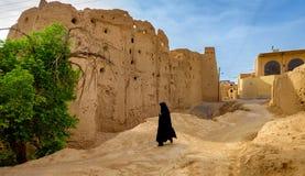 La mujer en un hijab en el pueblo iraní fotografía de archivo