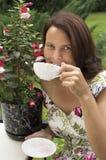 La mujer en un jardín. Imagen de archivo libre de regalías