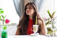 La mujer en un restaurante está bebiendo el cóctel Fotos de archivo libres de regalías