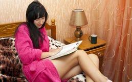 La mujer en un sofá Fotos de archivo libres de regalías